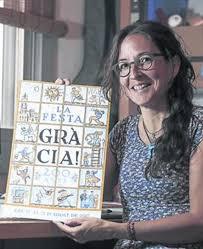 Teresa Calbó mostra satisfeta el cartell del bicentenari de la festa major de la vila de Gràcia